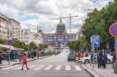 Prague, République Tchèque, le 12 août 2017 : Prague Pride March, place de Wenceslas Les gens marchent dans la place après la dém photographie stock libre de droits