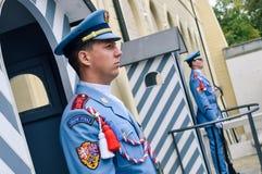Prague/République Tchèque - 08 09 2016 : Le château garde le straz de Hradni du palais présidentiel Photos libres de droits