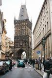 Prague, République Tchèque le 24 décembre 2016 : ACars et beaucoup de personnes dans la partie centrale de Prague à la veille de Images stock