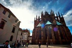 Prague, République Tchèque, le 15 septembre 2017 : St Vitus est une cathédrale catholique située dans le complexe de château de P images libres de droits