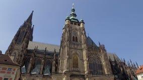 Prague, République Tchèque - MAI 2018 : façade stupéfiante de St néogothique Vitus d'église dans le jour ensoleillé banque de vidéos