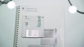 PRAGUE, RÉPUBLIQUE TCHÈQUE - 28 MARS 2019 : Apple Macintosh à disque souple banque de vidéos