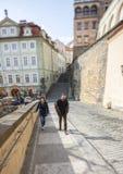 Prague, République Tchèque - 15 mars 2017 : Les jeunes couplent la marche le long de la rue urbaine A la lentille que spéciale a  images libres de droits