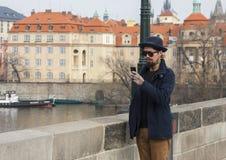 Prague, République Tchèque - 14 mars 2017 : Mâle beau de hippie avec la barbe dans des message textuels de lunettes de soleil image stock