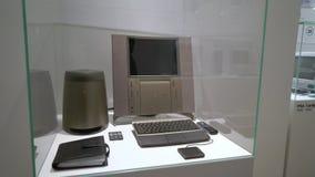 PRAGUE, RÉPUBLIQUE TCHÈQUE - 28 MARS 2019 : Rétro ordinateur Apple banque de vidéos