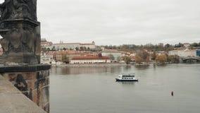 PRAGUE, RÉPUBLIQUE TCHÈQUE - 24 octobre 2017, voiles modernes d'embarcation de plaisance le long de la rivière de Vltava banque de vidéos