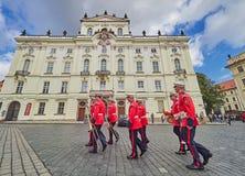 PRAGUE, RÉPUBLIQUE TCHÈQUE - 4 SEPTEMBRE 2017 Changement de la garde des gardes d'honneur au palais présidentiel dans le château  Images stock