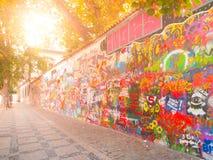 PRAGUE, RÉPUBLIQUE TCHÈQUE - 30 SEPTEMBRE 2017 : Mur du ` s de Lennon avec l'art coloré de pistolages, Prague, République Tchèque Photo libre de droits