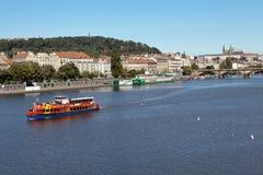 PRAGUE, RÉPUBLIQUE TCHÈQUE 5 SEPTEMBRE 2015 : Photo de bateau guidé de la rivière rouge sur le Vltava Photos libres de droits