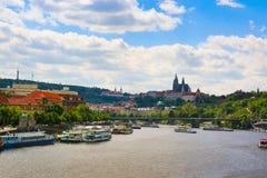 Prague, République Tchèque - 4 09 2017 : Vieille ville de saint Vitus de Prague et d'église à Prague au-dessus de rivière de Vlta Image libre de droits