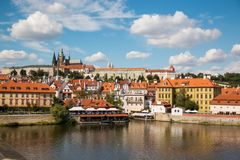 Prague, République Tchèque - 4 09 2017 : Vieille ville de saint Vitus de Prague et d'église à Prague au-dessus de rivière de Vlta Photographie stock libre de droits