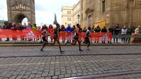 Prague, R?publique Tch?que le 5 mai 2019 - les spectateurs et les fans applaudissent les coureurs au marathon de Prague clips vidéos