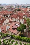 prague red roofs s Arkivbild