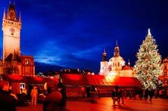 PRAGUE, RÉPUBLIQUE TCHÈQUE - 23 DÉCEMBRE 2014 : Belle vue de rue de Photos libres de droits