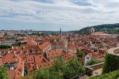 Prague& x27; s-Dachspitzen im Sommer lizenzfreie stockbilder