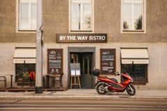 Prague September 18, 2017: Autentiska bistroer på stadsgatan bredvid vägen En motorcykel är parkerat närliggande arkivfoton