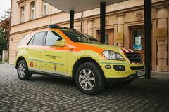 Prague September 24, 2017: En ambulans på stadsgatan Nöd- hjälp Ambulansservice 112 Royaltyfri Fotografi