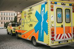 Prague September 24, 2017: En ambulans på stadsgatan Nöd- hjälp Ambulansservice 112 Royaltyfria Bilder
