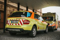 Prague September 24, 2017: En ambulans på stadsgatan Nöd- hjälp Ambulansservice 112 Royaltyfri Bild