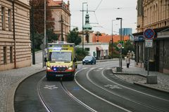 Prague September 24, 2017: En ambulans på stadsgatan Nöd- hjälp Ambulansservice 112 Arkivbild
