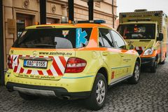 Prague September 24, 2017: En ambulans på stadsgatan Nöd- hjälp Ambulansservice 112 Arkivbilder