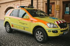 Prague September 24, 2017: En ambulans på stadsgatan Nöd- hjälp Ambulansservice 112 Royaltyfri Foto