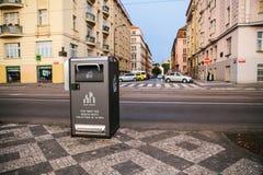 Prague September 25, 2017: En modern smart soptunna på gatan i Prague i Tjeckien Samling av avfalls Arkivbild