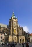 PRAGUE SEPTEMBER 15: Folkmassan av turister på fyrkanten framme av den helgonVitus domkyrkan på September 15, 2014 i Prague, tjec Royaltyfria Bilder