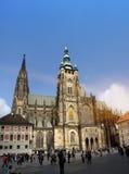 PRAGUE SEPTEMBER 15: Folkmassan av turister på fyrkanten framme av den helgonVitus domkyrkan på September 15, 2014 i Prague, tjec Royaltyfri Bild
