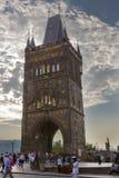 PRAGUE SEPTEMBER 15, 2014: Stå högt på en ingång på Charles BridgeKarluv Most, Prague, Tjeckien Arkivfoto