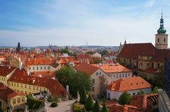 Prague sikt från den Vrtbovska trädgården Arkivbild