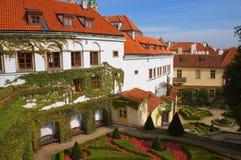 Prague sikt från den Vrtbovska trädgården Arkivfoton