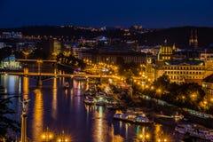 Prague sikt i natt Arkivfoton