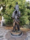 Prague - skulptur som visar Franz Kafka arkivfoton