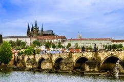 Prague slott över den Vltava floden och Charles Br Arkivbilder