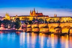 Prague slott, Charles Bridge i Tjeckien royaltyfria foton