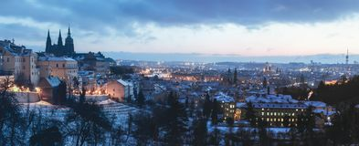 Prague slott i vintermorgnar arkivbild