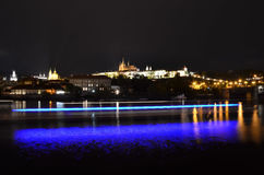 Prague slott med den Vltava floden Arkivbild