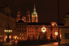 Prague slott med domkyrkan för St Vithus på natten royaltyfria foton