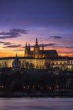Prague slott med härlig färgrik solnedgång royaltyfri foto