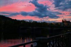Prague slott och bro på solnedgångrosa färger royaltyfria bilder