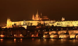 Prague slott och Charles Bridge Royaltyfri Bild