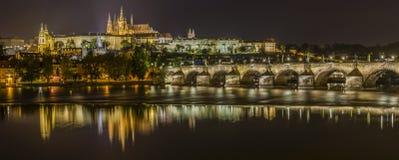 Prague slott och Charles Bridge Panorama Fotografering för Bildbyråer