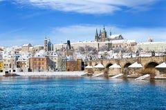 Prague slott och Charles bro, Prague (UNESCO), tjeckisk republi Arkivfoton