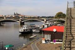 Prague slott och den Vltava floden, historiska byggnader, Prague, Tjeckien Royaltyfri Bild