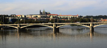 Prague slott och den Vltava floden, historiska byggnader, Prague, Tjeckien Arkivbilder