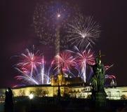 Prague slott och fyrverkerier arkivfoton
