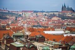 Prague slott och röda tak av den gamla staden i aftontid, Tjeckien Royaltyfri Bild
