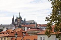Prague slott och rooftops av den gammala townen Arkivbilder