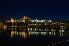 Prague slott och St. Vitus Cathedral på natten. Fotografering för Bildbyråer